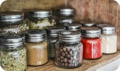 9 actions pour ranger et organiser sa cuisine : une étagère pour des épices à portée de main
